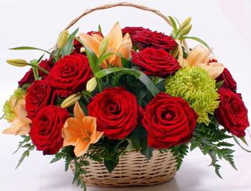Sepette 5 adet kırmızı gül ve kır çiçekleri  Ankara çiçek gönderme sitemiz güvenlidir