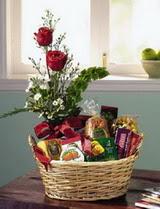 Ankara uluslararası çiçek gönderme  sepet te çikolata ve gül