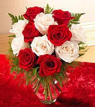 Ankara uluslararası çiçek gönderme  5 adet kirmizi 5 adet beyaz gül cam vazoda