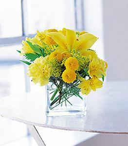Ankara cicekciler , cicek siparisi  cam vazo içerisinde sari çiçeklerden tanzim