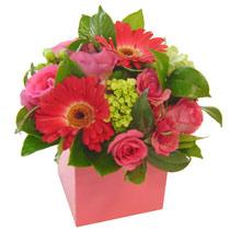 cam vazo içerisinde karisik güller  ve gerberalar  Ankara internetten çiçek satışı