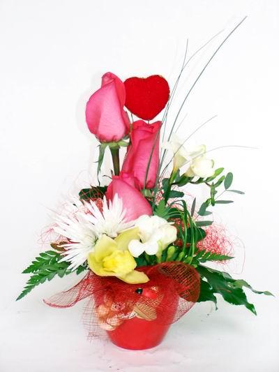 Ankara ucuz çiçek gönder  cam içerisinde 3 adet gül ve kir çiçekleri