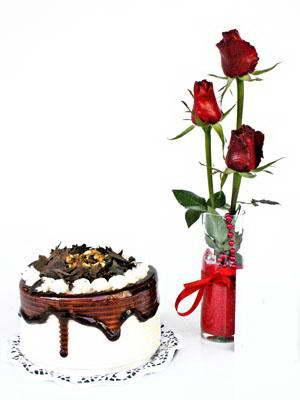 Ankara ucuz çiçek gönder  3 adet gül cam yada mika vazoda  ve yaspasta