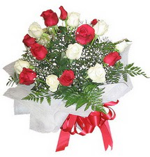 Ankara çiçek , çiçekçi , çiçekçilik  12 adet kirmizi ve beyaz güller buket