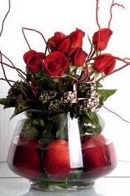 Ankara hediye çiçek yolla   12 adet kirmizi gül ve altinda sürpriz meyva