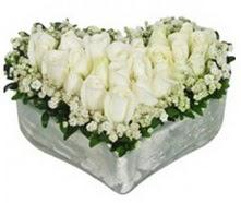 Ankara kaliteli taze ve ucuz çiçekler  9 adet beyaz gül mika kalp içerisindedir