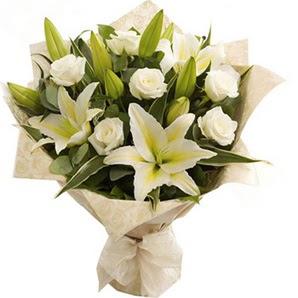 Ankara anneler günü çiçek yolla  3 dal kazablanka ve 7 adet beyaz gül buketi