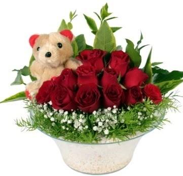 Cam tabakta 7 adet kırmızı gül ve küçük ayı  Ankara çiçekçi mağazası