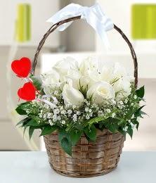 Sepet içerisinde 7 adet beyaz gül  Ankara çiçek siparişi sitesi