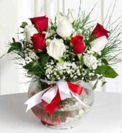 5 adet beyaz 4 adet kırmızı gül vazo tanzimi  Ankara güvenli kaliteli hızlı çiçek