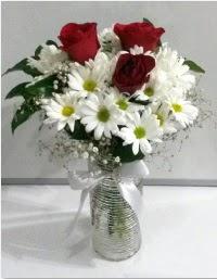 cam vazoda 3 adet kırmızı gül ve papatyalar  Ankara internetten çiçek satışı