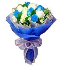 5 mavi gül 6 beyaz gülden buket  Ankara anneler günü çiçek yolla