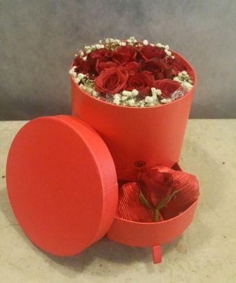 Çekmeceli kutu içerisinde çikolata ve güller  Ankara çiçek satışı