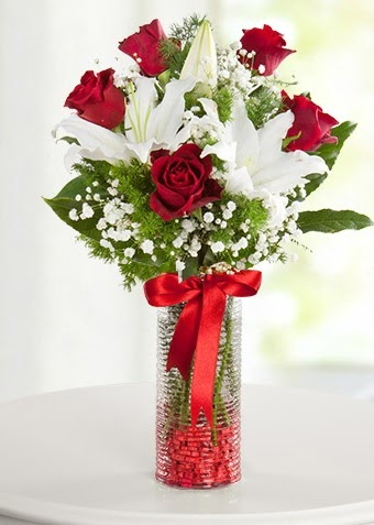 Vazoda Muhteşem Ahenk 2 lilyum 5 kırmızı gül  Ankara çiçek gönderme sitemiz güvenlidir