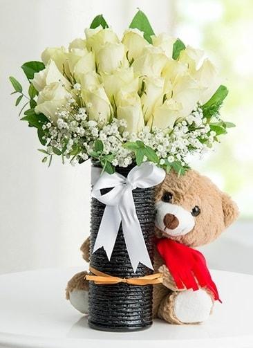 Cam vazoda 25 beyaz gül ve peluş ayı  Ankara çiçek satışı