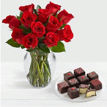 Cam vazoda 12 kırmızı gül el yapımı çikolata  Ankara çiçek gönderme sitemiz güvenlidir