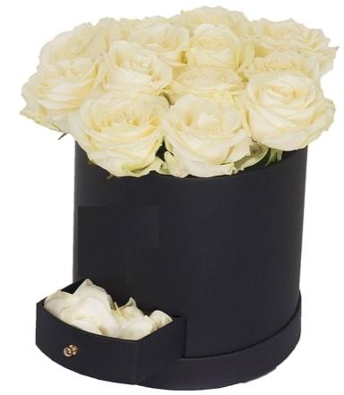 Kutu içerisinde 18 adet beyaz gül  Ankara çiçek gönderme sitemiz güvenlidir
