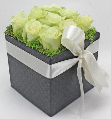 9 adet beyaz gülden özel kutu çiçeği  Ankara çiçek siparişi sitesi